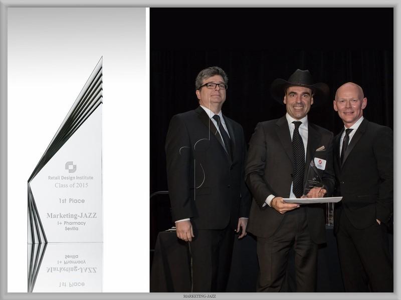 Carlos Aires, fundador de Marketing Jazz, recibe el primer premio al mejor diseño de farmacias por Farmacia I+